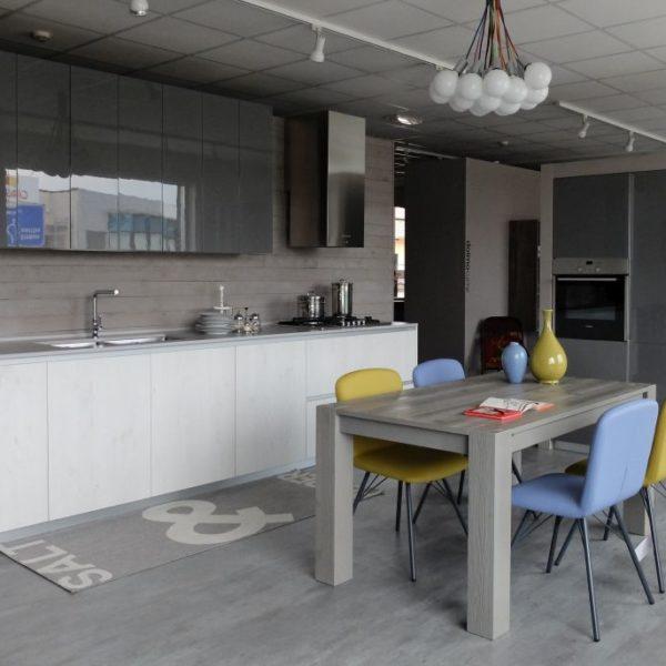 cucina Style-Doimo cucine laminato abete bianco e laccato lucido grigio pietra piano di lavoro in Dekton